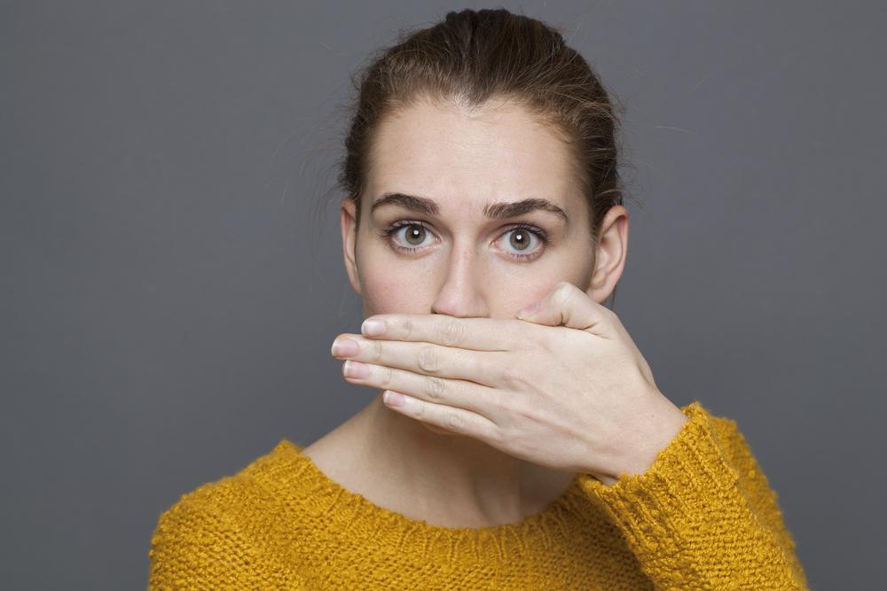 Mau hálito: o que causa e como tratar