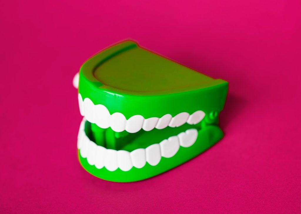 artificial background bright 1061585 1024x727 - Como é feito um implante dentário?